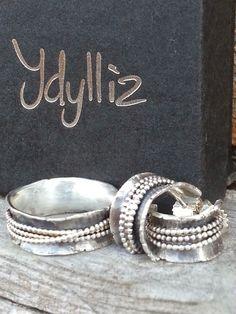 Idylliz; Zilveren ring en oorbellen. Stoer door oxideren.