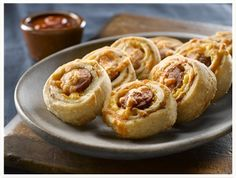 Hot Dog Pinwheels will be gobbled up by both big kids & small at the party! Savory Snacks, Easy Food To Make, Schneider, Pinwheels, Hot Dogs, Appetizers, Cooking Recipes, Favorite Recipes, Lunch