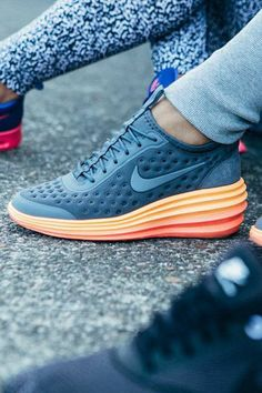 Take style to new heights with a modern twist on an iconic running design. The Nike LunarElite Sky Hi.