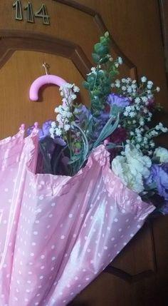 Sombrinha decorada com flores.
