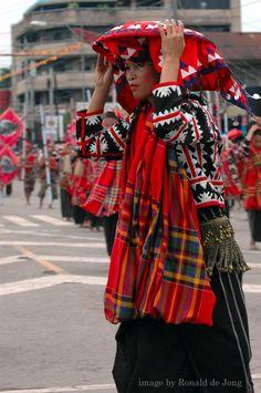 ビラアン族の伝統織物タビで作った衣装を纏う