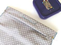 Návod na ušití roušky | Korálky.stoklasa.cz Small Sewing Projects, Sewing Crafts, Scented Pinecones, Diy Mask, Haberdashery, Diy Tutorial, Ravelry, Free Pattern, Diy And Crafts