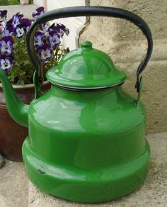 Vintage French enamelware kettle Vintage Enamelware, Vintage Tins, French Vintage, Vintage Green, Vintage Kitchen, Vintage Antiques, All The Colors, Green Colors, Different Shades Of Green