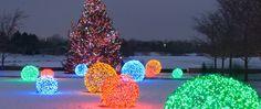 Weihnachtliche Leuchtkugeln als hübsche Gesellschaft für den Schneemann