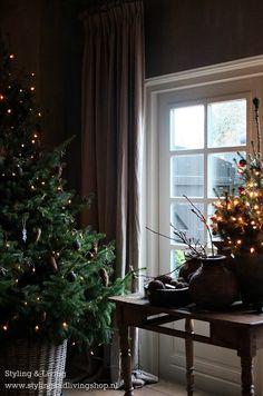 Sobere kerst in de showroom van Styling & Living.  Natuurlijk groen in combinatie met mos, dennenappels en enkele kerstballen die met Annie Sloan Chalkpaint mooi mat geverfd zijn.  www.stylingandlivingshop,nl