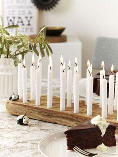 Wie hübsch! So ein kleiner Kerzenhalter als schlichtes Holzbrett sorgt im Nu für festliche Stimmung auf dem Tisch #diy