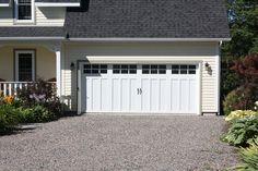 Portes de garage Garex / Collection Seigneurie modèle Montarville / Couleur: blanc / fenêtres: scellées claires 6 carreaux blancs / cadres blancs / ensemble de pentures et poignées décoratives /  www.garex.ca