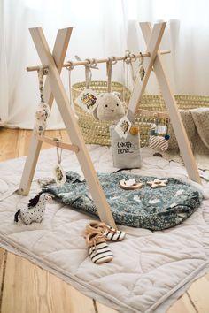 Babyshower gift idea with DIY play bow- Babyshower Geschenkidee mit DIY Spielbogen Babyshower Gift Idea with DIY Play Bow Diy Hanging Shelves, Diy Wall Shelves, Floating Shelves Diy, Diy Bebe, Mason Jar Diy, How To Make Bows, Baby Toys, Baby Baby, Nursery Decor