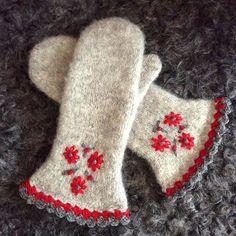 Provade att sticka en annorlunda och tunnare vante.Stickad ,sen maskin tovade ,virkad kant och broderade blommor av ullgarnet TOVE från sandnes garn .#Stickat#stickad#stickning#sticka#garn#handarbete#handmade#handgjord#handgjort#hantverk#handknit#laceknitting#knitlife#knitting#iloveknitting#knitlove#knitstagram#knitting_inspiration#knittersofinstagram#knittingaddict#knittersofthewold#tovat#ullgarn#sandnesgarn #vantar#varmahänder