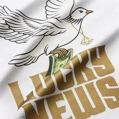 ФУТБОЛКА LUCKY NEWS (WHITE) В любом деле результат приходит не сразу. По приданию выпущенная птица лишь на третий раз принесла оливковую ветвь – весть о новой земле. Нужно идти до конца с верой в успех, и усилия обернутся сполна зелёными купюрами. Упорство и уверенность принесут хорошие новости. #spademond #dealwithluck http://vk.com/spademondmonopoly