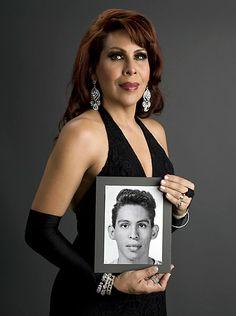 Rogelio Pereda reunió a miembros de la comunidad trans, que accedieron posar tomando entre sus manos fotografías previas a su transición.