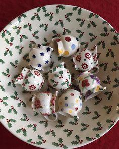 ❤️ tiny jugs & small holly ❤️ #ebchristmas #emmabridgewater #emma_bridgewater #tinyjugs #ebjugs #smallholly #myfavouritepattern