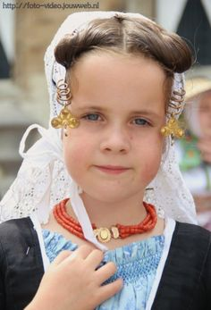 Young Dutch girl with spiral kissers with gold and pearl ornaments and an edelkraal around her neck