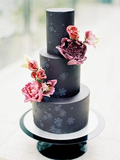 Abstract Wedding Inspo with Modern Metallic Details #traditionalweddingcolors #DCweddingvenue #modernbridalfashion