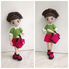 Знакомьтесь - куколка Николь.  -рост 19 см  -внутри проволочный каркас  -связана девочка из хлопковых ниточек  -волосы можно расчесывать расческой с редкими зубчиками  -одежда не снимается (только рюкзачок )  -стоит самостоятельно