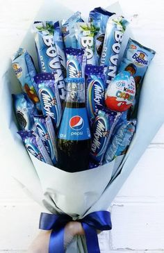 Check these creative presents and amazing DIY gift ideas for your man. Wrapping gift ideas are also important to make y Bouquet Cadeau, Candy Bouquet Diy, Gift Bouquet, Presents For Boyfriend, Valentines Gifts For Boyfriend, Boyfriend Gifts, Boyfriend Birthday, Mens Bday Gifts, Men Gifts