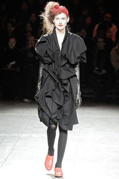 See the complete Yohji Yamamoto Fall 2009 Ready-to-Wear collection.