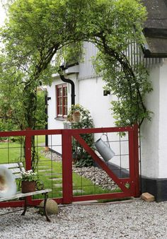 Pittoresk entré till Annas hem i Vellinge Love Garden, Garden Pool, Dream Garden, Garden Landscaping, Home And Garden, Farmhouse Garden, Garden Cottage, Blog Deco, Garden Fencing