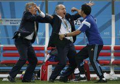 Holanda - Argentina: El seleccionador argentino Alejandro Sabella celebra el gol de Maxi Rodríguez que les lleva a la final del Mundial.