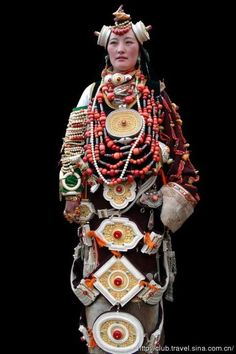 Khampa woman in traditional festive attire of her region. Big parts(oval, square etc) on her costume- boxes for amulets. She wears all family jewelry. We Are The World, People Around The World, Traditional Fashion, Traditional Dresses, Folklore, Costume Ethnique, Costumes Around The World, Ethnic Dress, Ancient Jewelry