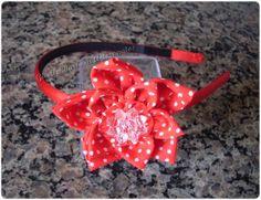 Giselle Barbosa Artesanatos: Tiara com flor de fuxico vermelha com poás…