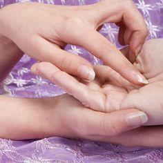 Descubre cómo cómo leer la mano para que te puedas adelantar a los planes del destino, teniendo noción de qué te espera en el ámbito de la salud y el amor.