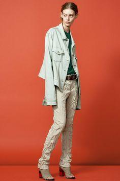 「アクネ ストゥディオズ(ACNE STUDIOS)」2015年リゾートは、デザイナーのジョニー・ヨハンソンが長年ファンである写真家、ジェフ・ウォールの作品をインスピレーション源にしたコレクション。 中でも、「Tシャツとロールアップジーズンを着用した男女」の作品をイメージソースに、ウィットに富んだ日常着を発表した。 ソフトなテンセルを使用したオーバーサイズなデニムジャケットやシワ加工のウールとスクラッチ加工を施したホワイトレザーのトレンチコートが登場した。 ボリューミーンなトグルベストやニットには、スラウチなロングパンツと組み合わせて提案。 しなやかなリネンのトップスやボトムスには、ギンガムチェックや迷彩、マニッシュな女性の顔のイラストなど、ユニークなプリントのアイテムを合わせて、ひねりが効いたボーイッシュなスタイルに仕上げている。