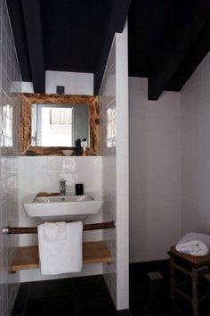 Petite salle de bain blanche et bois…
