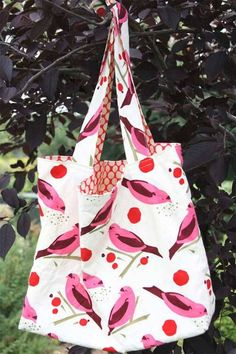 I make two versions of this market bag, and I use both on a daily basis. This free pattern is brought to you by Film in the Fridge. Get the free bag patter