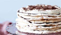 En rigtig smuk og elegant lagkage, hvor de oprindelige lagkagebunde er skiftet ud med tynde ma-rengsbunde, hvilket giver en lettere, crispy og mere delikat kage.