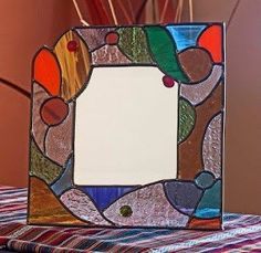 técnica Stained Glass Mirror, Stained Glass Crafts, Stained Glass Designs, Stained Glass Patterns, Glass Bottle Crafts, Glass Bottles, Art Deco Spiegel, Mosaic Windows, Glass Picture Frames
