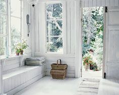 maisonsblanches:  ♫♫♫ via loppisliv.blogspot.de oh, the light...!