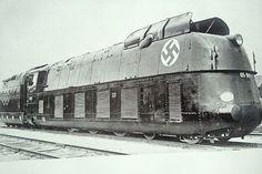 De treinen waarmee Shmuel en Bruno naar Auschwitz rijden zijn één van de eerste voorbeelden van het grote verschil tussen de achtergrond van de jongens. Het geeft ook op een zeer visuele manier weer hoe de omstandigheden bij de Joden waren. De trein van de Joden was verschrikkelijk: veel te veel mensen en een afgrijselijke geur. De trein waarmee Bruno arriveerde was luxueus en had zelfs een restauratiewagon.