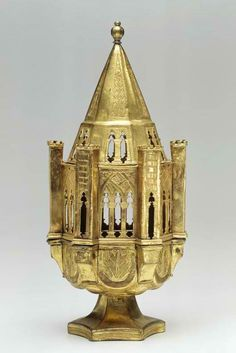 *Censer, in the form of a standing on a low foot 6-sided Gothic chapel. Italy, northern Italy. Copper, gold, engraved. 1400 - 1500. Origin: St. Kadriorg.