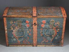 Rosemalt kiste med eierinitialer og dat. Malt av Olav Hansson 1788, L: 106 cm. Prisantydning: ( 7000 - 8000) Solgt for: 6000