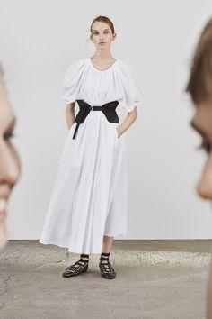Jil Sander Resort 2018 Fashion Show Collection: See the complete Jil Sander Resort 2018 collection. Look 4 Fashion 2018, Fashion Week, Love Fashion, Fashion Dresses, Fashion Design, Fashion Trends, Jil Sander, Lookbook Mode, Fashion Lookbook