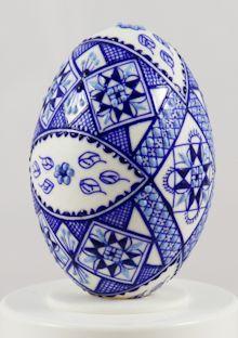Oeufs de Pâques peints à la main - oeufs de canard dans la technologie de cire bleu