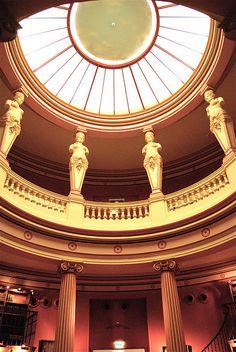 Ancienne bibliothèque du musée Guimet Construite lors de la création du musée Guimet en 1889 dans le style néo-pompéien, la bibliothèque est aménagée autour d'une rotonde pourvue de cariatides.