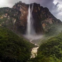 Buen día!  Este es el Salto Angel y Auyantepuy visto desde el mirador Laime.  Una de las bellezas naturales icónica de Venezuela.  Así como el agua que cae del Salto Ángel es la voluntad de los venezolanos de vivir en un mejor país indetenible. Vamos Venezuela! Foto: @antoniohitcher