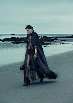 Декабрьский ELLE Germany украсила фотосессия в стиле темной романтики Карла Бенгтссона (Carl Bengtsson) с участием Ким Нурда (Kim Noorda).