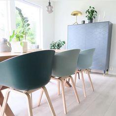 ⭐️🌲DECEMBER GIVE AWAY 🌲⭐️De nieuwe HAY About a Chair kleuren zijn echt prachtig, zoals hier op de foto van de Noorse grafische designer…