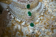 Provids large variety of good bijou supplies, traditional Gold Bijou for girls. Wedding Jewellery Designs, Indian Wedding Jewelry, Gold Jewellery Design, Bridal Jewelry, Diamond Jewellery, Gold Jewelry, Diamond Earrings Indian, Indian Jewelry Earrings, Pearl And Diamond Necklace