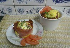 Zvířátkový den - zapečené vejce v mističkách. 4 vejce, 8 plátků šunky, např. Selská šunka nejvyšší kvality, 120 g goudy nebo eidamu, máslo, sůl. Malé zapékací misky vymažeme máslem, vyložíme plátky šunky a rozdělíme do nich sýr. Do toho opatrně nalijeme rozklepnuté vejce. Osolíme, opepříme a dáme do předehřáté trouby na 180 st. Pečeme 10-15 minut podle toho, jak chcete mít vejce tuhá.