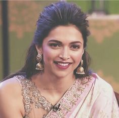Shared by ayat hasan. Find images and videos about beautiful, bollywood and deepika padukone on We Heart It - the app to get lost in what you love. Saree Hairstyles, Indian Bridal Hairstyles, Hairstyles Haircuts, Wedding Hairstyles, Deepika Padukone Saree, Deepika Padukone Hairstyles, Dipika Padukone, Celebrity Makeup Looks, Indian Celebrities