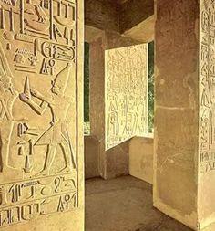 """La """"cappella bianca"""" a Karnak, mostra il re Senusret I davanti al dio Amun-Min (forma itifallica di Amun) Da questo sito: http://www.touregypt.net/featurestories/whitechapel.htm.  Si noti la forte simbologia fallica: il dio, l'offerta portata dal re, l'abnorme protuberanza sul davanti del gonnellino-grembiule del re stesso."""