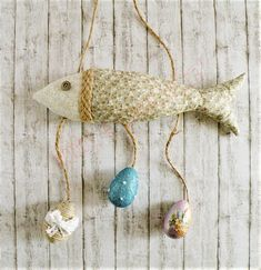 Il fuoriporta pesce di Pasqua è un semplice progetto di cucito creativo: un modo per augurare Buona Pasqua ai vostri ospiti nelle vacanze pasquali.