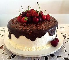 Chocolate and Fruit covered cake Pretty Cakes, Beautiful Cakes, Amazing Cakes, Birthday Cake Decorating, Cake Decorating Tips, Sweet Recipes, Cake Recipes, Dessert Recipes, Fall Desserts