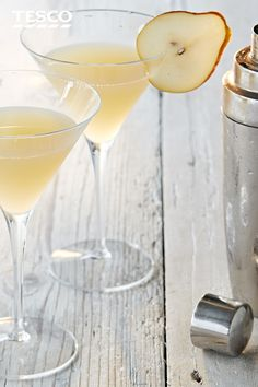 This martini recipe is an aromatic medley of pear, elderflower and lemon. Try this sophisticated cocktail at Tesco Real Food. Christmas Cocktails, Craft Cocktails, Summer Cocktails, Cocktail Drinks, Fun Drinks, Gold Drinks, Vodka Drinks, Alcoholic Beverages, Party Drinks