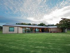 By keeping this house long and low, architect Glenn Brebner has maximised the north-facing site. Western Red Cedar Cladding, U Shaped Houses, Residential Architecture, House Architecture, New Zealand Houses, Suburban House, Timber Cladding, Steel Roofing, Entry Foyer