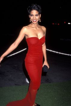 21 Stunning Photos Of Halle Berry In The - Herzlich willkommen Halle Berry Style, Halle Berry Hot, Halle Berry Young, Halle Berry Short Hair, Halle Berry Pixie, Halle Berry Haircut, Halle Berry Hairstyles, Hally Berry, Black Actresses